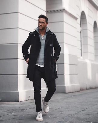 Wie kombinieren: schwarzer Mantel, grauer Pullover mit einem Reißverschluss am Kragen, weißes T-Shirt mit einem Rundhalsausschnitt, schwarze Chinohose