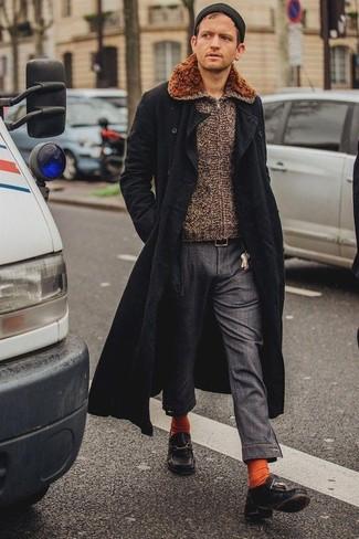 Wie kombinieren: schwarzer Mantel, brauner Pullover mit einem Reißverschluß, dunkelgraue Chinohose, schwarze Leder Bootsschuhe