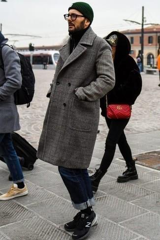 Schwarze Sportschuhe kombinieren: trends 2020: Paaren Sie einen grauen Mantel mit Schottenmuster mit dunkelblauen Jeans für einen für die Arbeit geeigneten Look. Fühlen Sie sich ideenreich? Ergänzen Sie Ihr Outfit mit schwarzen Sportschuhen.