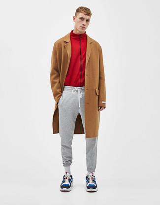 Wie kombinieren: brauner Mantel, roter Pullover mit einem Reißverschluß, graue Jogginghose, mehrfarbige Wildleder Sportschuhe