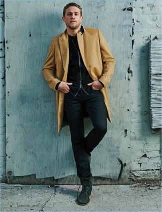 Wie kombinieren: camel Mantel, schwarzer Pullover mit einem Reißverschluß, schwarzes T-Shirt mit einem Rundhalsausschnitt, schwarze Jeans