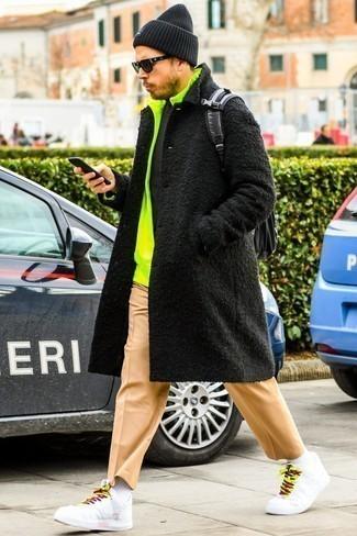 Schwarze Mütze kombinieren: trends 2020: Kombinieren Sie einen schwarzen Mantel mit einer schwarzen Mütze für einen entspannten Wochenend-Look. Weiße Leder niedrige Sneakers sind eine perfekte Wahl, um dieses Outfit zu vervollständigen.