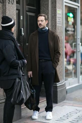 Wie kombinieren: dunkelbrauner Mantel, dunkelblauer Pullover mit einem Rundhalsausschnitt, dunkelblaue vertikal gestreifte Anzughose, weiße niedrige Sneakers