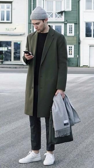 Wie kombinieren: olivgrüner Mantel, schwarzer Pullover mit einem Rundhalsausschnitt, schwarze Anzughose, weiße Leder niedrige Sneakers