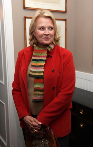 Wie kombinieren: roter Mantel, beige Pullover mit einem Rundhalsausschnitt, schwarze Anzughose, braune Satchel-Tasche aus Leder