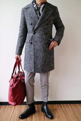 Wie kombinieren: dunkelgrauer Mantel mit Fischgrätenmuster, hellbeige Pullover mit einem Rundhalsausschnitt, hellbeige Wollanzughose, schwarze Chelsea-Stiefel aus Leder