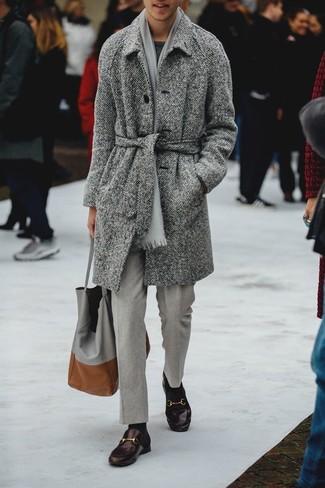 Dunkelbraune Leder Slipper kombinieren: Tragen Sie einen grauen Mantel mit Fischgrätenmuster und eine graue Anzughose für einen stilvollen, eleganten Look. Dunkelbraune Leder Slipper sind eine kluge Wahl, um dieses Outfit zu vervollständigen.