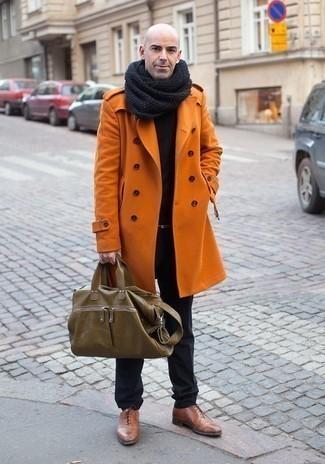 Dunkelgrauen Schal kombinieren: trends 2020: Kombinieren Sie einen orange Mantel mit einem dunkelgrauen Schal für einen entspannten Wochenend-Look. Fühlen Sie sich ideenreich? Vervollständigen Sie Ihr Outfit mit braunen Leder Oxford Schuhen.