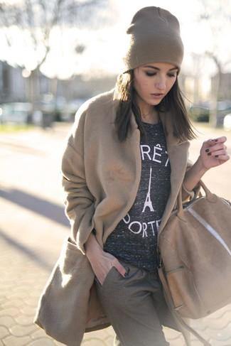 Grauen Pullover mit einem Rundhalsausschnitt kombinieren – 499 Damen Outfits: Wahlen Sie einen grauen Pullover mit einem Rundhalsausschnitt und eine braune Anzughose mit Vichy-Muster, um ein schönes, entspanntes Outfit zu zaubern.