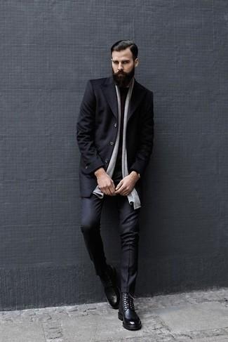 Wie kombinieren: schwarzer Mantel, dunkelroter Pullover mit einem Rundhalsausschnitt, schwarze Anzughose, schwarze Brogue Stiefel aus Leder