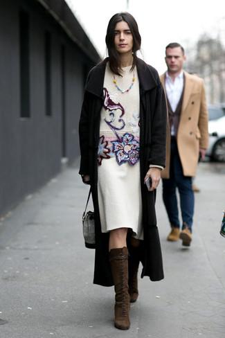 Dunkelbraune kniehohe Stiefel aus Wildleder kombinieren – 29 Damen Outfits: Möchten Sie ein legeres Outfit kreieren, ist die Kombination aus einem schwarzen Mantel und einem weißen Wollbleistiftrock Ihre Wahl. Dunkelbraune kniehohe Stiefel aus Wildleder fügen sich nahtlos in einer Vielzahl von Outfits ein.