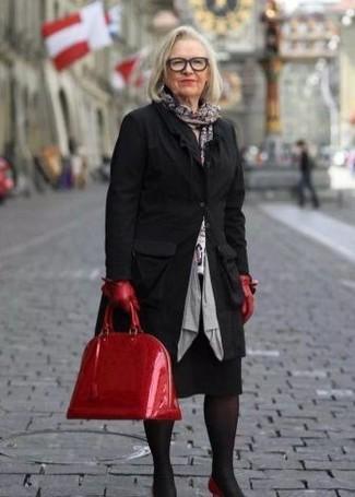Wie kombinieren: schwarzer Mantel, weißer bedruckter Pullover mit einem Rundhalsausschnitt, schwarzer Bleistiftrock, rote Leder Pumps