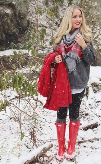 Grauen Pullover mit einem Rundhalsausschnitt kombinieren – 499 Damen Outfits: Diese Kombination aus einem grauen Pullover mit einem Rundhalsausschnitt und schwarzen Leggings ist eine ideale Option füreinen ultralässigen City-Look. Bringen Sie die Dinge durcheinander, indem Sie roten Gummistiefel mit diesem Outfit tragen.