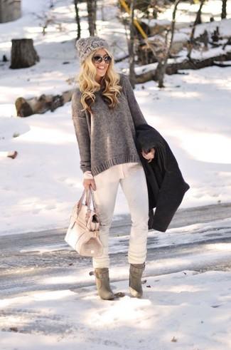 Grauen Pullover mit einem Rundhalsausschnitt kombinieren – 499 Damen Outfits: Um eine entspannte und harmonische Silhouette zu formen, kombinieren Sie einen grauen Pullover mit einem Rundhalsausschnitt mit weißen engen Jeans. Graue Wildleder Stiefeletten sind eine ideale Wahl, um dieses Outfit zu vervollständigen.