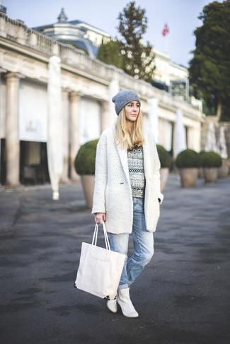 Wie kombinieren: weißer Mantel, weißer und schwarzer Pullover mit einem Rundhalsausschnitt mit Fair Isle-Muster, hellblaue Boyfriend Jeans, weiße Leder Stiefeletten