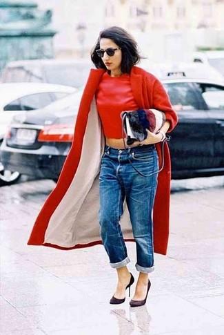 Wie kombinieren: roter Mantel, roter Pullover mit einem Rundhalsausschnitt, blaue Boyfriend Jeans, dunkelbraune Wildleder Pumps
