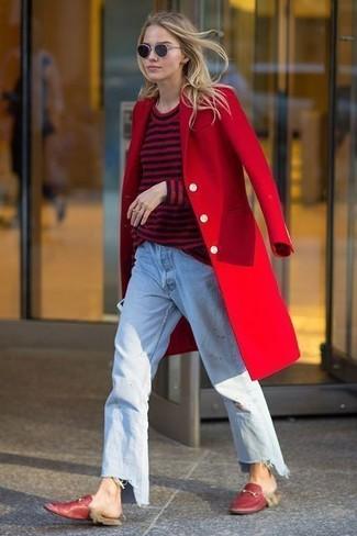 Wie kombinieren: roter Mantel, roter und schwarzer horizontal gestreifter Pullover mit einem Rundhalsausschnitt, hellblaue Boyfriend Jeans, rote Leder Slipper