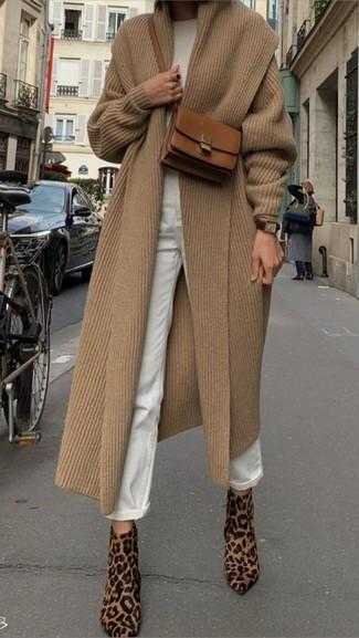 Wie kombinieren: beige Mantel, weißer Pullover mit einem Rundhalsausschnitt, weiße Boyfriend Jeans, beige Stiefeletten aus Kalb Haar mit Leopardenmuster