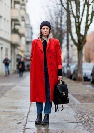Wie kombinieren: roter Mantel, schwarzer Pullover mit einem Rundhalsausschnitt, blaue Boyfriend Jeans, schwarze klobige Leder Stiefeletten