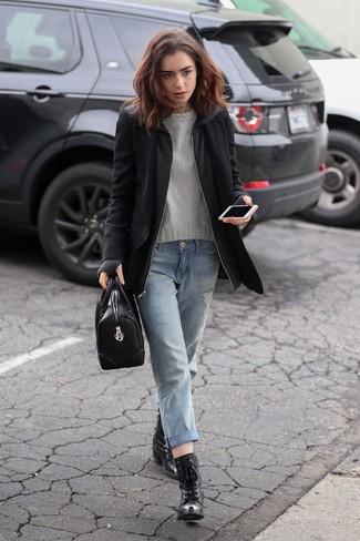Wie kombinieren: schwarzer Mantel, grauer Pullover mit einem Rundhalsausschnitt, hellblaue Boyfriend Jeans mit Destroyed-Effekten, schwarze Schnürstiefeletten aus Leder