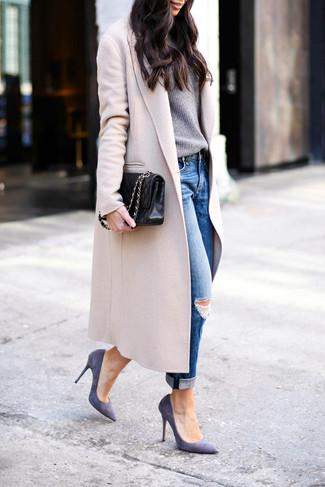 Wie kombinieren: hellbeige Mantel, grauer Pullover mit einem Rundhalsausschnitt, blaue Boyfriend Jeans mit Destroyed-Effekten, violette Wildleder Pumps
