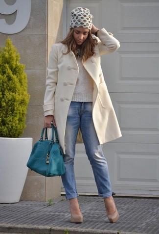 Wie kombinieren: hellbeige Mantel, hellbeige Pullover mit einem Rundhalsausschnitt, blaue Boyfriend Jeans, hellbeige Leder Pumps