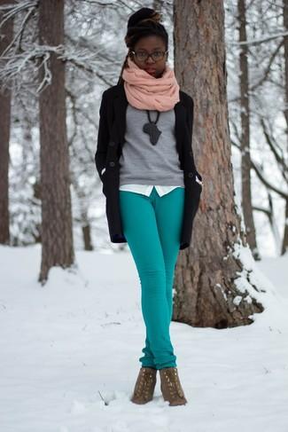 Grauen Pullover mit einem Rundhalsausschnitt kombinieren – 10 Elegante Damen Outfits: Wenn Sie auf der Suche nach der perfekten entspannten Kombi sind, wahlen Sie einen grauen Pullover mit einem Rundhalsausschnitt und eine dunkeltürkise enge Hose. Fühlen Sie sich ideenreich? Wählen Sie braunen Schnürstiefeletten aus Wildleder.