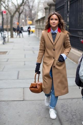 Wie kombinieren: beige Mantel, dunkelgrauer Pullover mit einem Rundhalsausschnitt, hellblaues Businesshemd, blaue Boyfriend Jeans