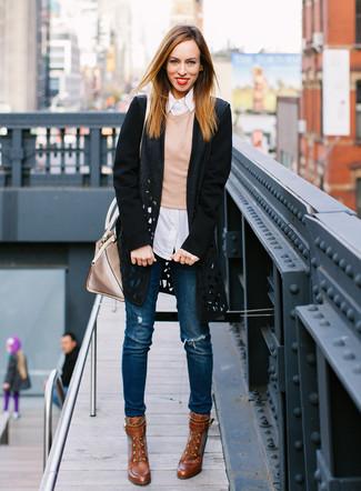 Wie kombinieren: schwarzer Mantel mit Ausschnitten, beige Pullover mit einem Rundhalsausschnitt, weißes vertikal gestreiftes Businesshemd, blaue enge Jeans mit Destroyed-Effekten