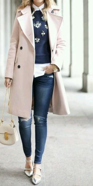 Wie kombinieren: rosa Mantel, dunkelblauer verzierter Pullover mit einem Rundhalsausschnitt, weißes Businesshemd, dunkelblaue enge Jeans mit Destroyed-Effekten