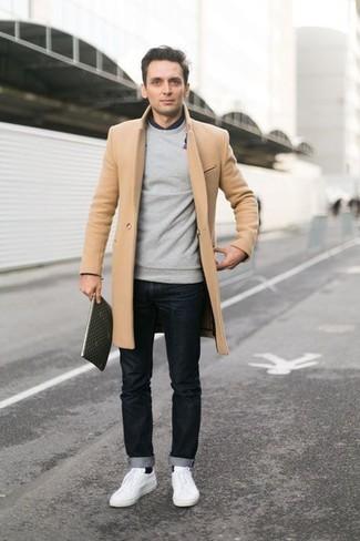 Dunkelgrauen Pullover mit einem Rundhalsausschnitt kombinieren: trends 2020: Die Kombination von einem dunkelgrauen Pullover mit einem Rundhalsausschnitt und schwarzen Jeans erlaubt es Ihnen, Ihren Freizeitstil klar und einfach zu halten. Dieses Outfit passt hervorragend zusammen mit weißen niedrigen Sneakers.