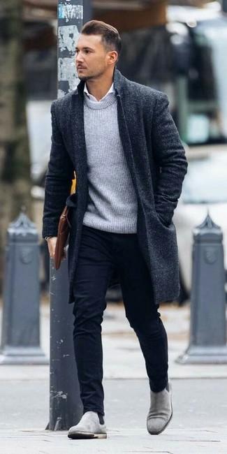 Graue Chelsea Boots aus Wildleder kombinieren – 85 Herren Outfits: Die modische Kombination aus einem dunkelblauen Mantel und einer dunkelblauen Chinohose ist perfekt für einen Tag im Büro. Fühlen Sie sich mutig? Ergänzen Sie Ihr Outfit mit grauen Chelsea Boots aus Wildleder.