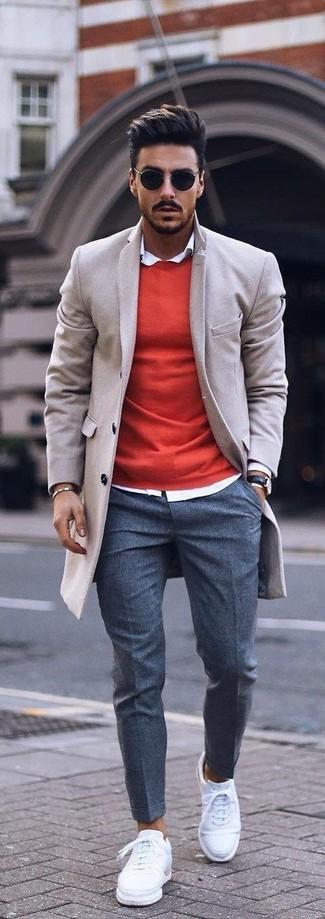 Wie kombinieren: beiger Mantel, roter Pullover mit einem Rundhalsausschnitt, weißes Businesshemd, dunkelgraue Wollanzughose
