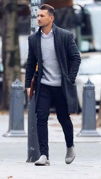 Wie kombinieren: schwarzer Mantel, grauer Pullover mit einem Rundhalsausschnitt, weißes Businesshemd, schwarze Chinohose