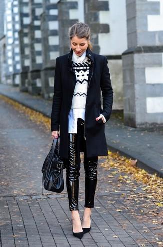 Wie kombinieren: schwarzer Mantel, weißer und schwarzer Pullover mit einem Rundhalsausschnitt mit Fair Isle-Muster, weißes Businesshemd, schwarze enge Hose aus Leder