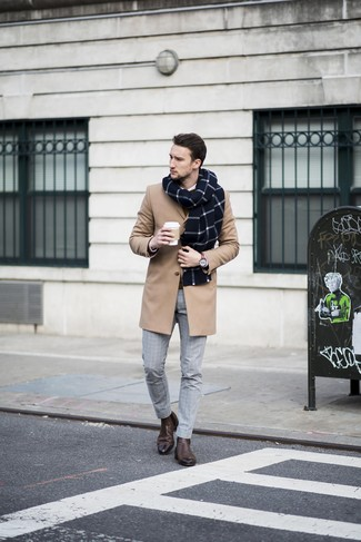 Wie kombinieren: camel Mantel, brauner Pullover mit einem Rundhalsausschnitt, weißes Businesshemd, graue Anzughose mit Karomuster