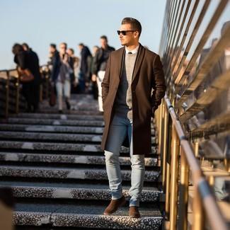 Wie kombinieren: brauner Mantel, grauer Pullover mit einem Rundhalsausschnitt, weißes Businesshemd, hellblaue enge Jeans