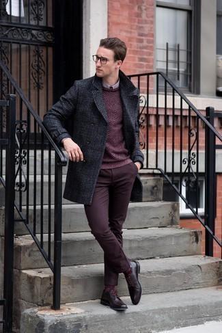 Herren Outfits & Modetrends für kalt Wetter: Die Paarung aus einem dunkelgrauen Mantel mit Schottenmuster und einer dunkelroten Chinohose ist eine ideale Wahl für einen Tag im Büro. Entscheiden Sie sich für dunkelroten Leder Derby Schuhe, um Ihr Modebewusstsein zu zeigen.