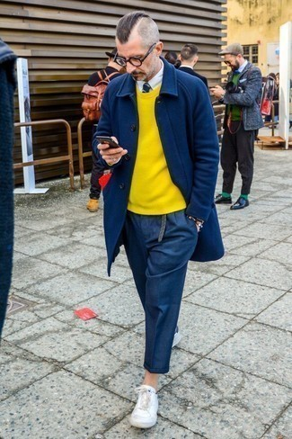 30 Jährige: Hose kombinieren: trends 2020: Die Paarung aus einem dunkelblauen Mantel und einer Hose ist eine kluge Wahl für einen Tag im Büro. Dieses Outfit passt hervorragend zusammen mit weißen Leder niedrigen Sneakers.