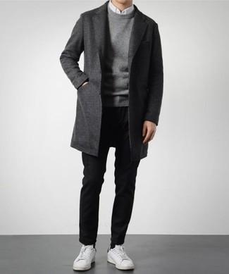 Weiße Leder niedrige Sneakers kombinieren für Herbst: trends 2020: Paaren Sie einen dunkelgrauen Mantel mit einer schwarzen Chinohose für Ihren Bürojob. Fühlen Sie sich mutig? Entscheiden Sie sich für weißen Leder niedrige Sneakers. Das Outfit ist wirklich Herbst pur.