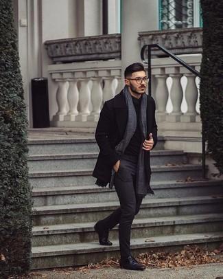 30 Jährige: Smart-Casual Outfits Herren 2020: Kombinieren Sie einen schwarzen Mantel mit einer dunkelgrauen Chinohose für einen für die Arbeit geeigneten Look. Entscheiden Sie sich für schwarzen Leder Derby Schuhe, um Ihr Modebewusstsein zu zeigen.