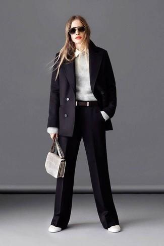schwarzer Mantel, grauer Pullover mit einem Rundhalsausschnitt, weißes Businesshemd, schwarze weite Hose für Damen