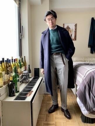 Elegante kühl Wetter Outfits Herren 2020: Kombinieren Sie einen dunkelblauen Mantel mit einer grauen Anzughose, um vor Klasse und Perfektion zu strotzen. Fühlen Sie sich ideenreich? Vervollständigen Sie Ihr Outfit mit dunkelbraunen Leder Derby Schuhen.