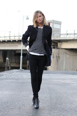 schwarzer Mantel, schwarzer und weißer horizontal gestreifter Pullover mit einem Rundhalsausschnitt, weißes Businesshemd, schwarze enge Jeans für Damen