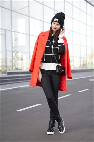 Wie kombinieren: roter Mantel, schwarzer und weißer Pullover mit einem Rundhalsausschnitt mit Karomuster, weißes Businesshemd, schwarze enge Jeans