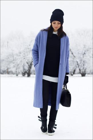 Wie kombinieren: blauer Mantel, schwarzer Pullover mit einem Rundhalsausschnitt, weißes Businesshemd, schwarze enge Jeans