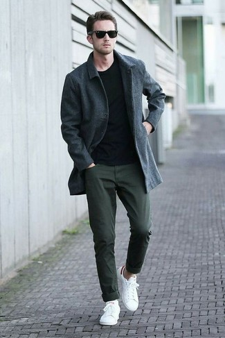 Wie kombinieren: dunkelgrauer Mantel, schwarzer Pullover mit einem Rundhalsausschnitt, dunkelgrüne Chinohose, weiße niedrige Sneakers