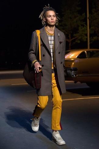 Wie kombinieren: dunkelbrauner Mantel mit Karomuster, grauer Pullover mit einem Rundhalsausschnitt mit Karomuster, senf Chinohose, hellbeige Leder niedrige Sneakers