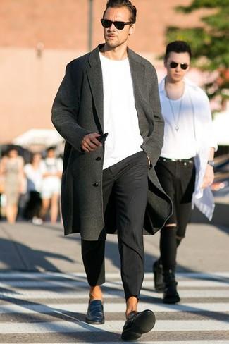 Wie kombinieren: dunkelgrauer Mantel, weißer Pullover mit einem Rundhalsausschnitt, schwarze Chinohose, dunkeltürkise Leder Slipper