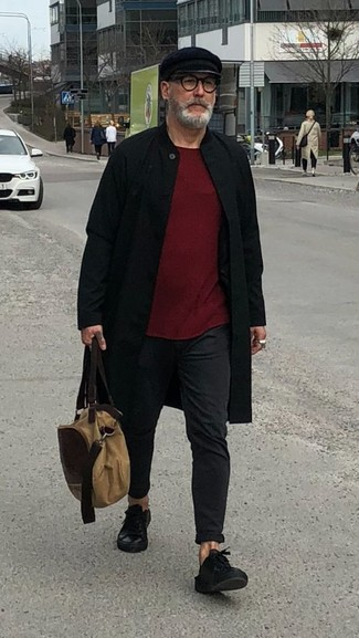Wie kombinieren: schwarzer Mantel, dunkelroter Pullover mit einem Rundhalsausschnitt, schwarze Chinohose, schwarze Leder niedrige Sneakers